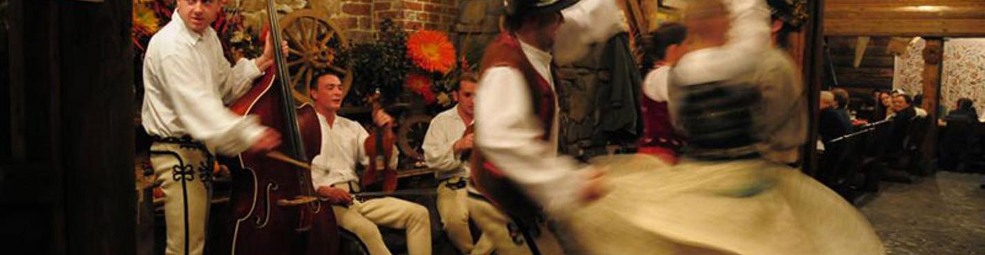 Ужин в национальном ресторане в сопровождении фольклорного ансамбля.